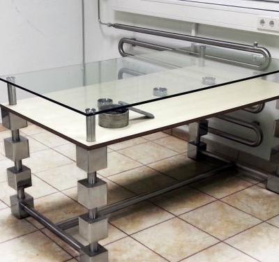 Edelstahltisch mit Kombination aus Holz und Glas