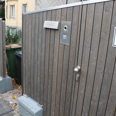 Sichtschutz aus Edelstahl und Holz