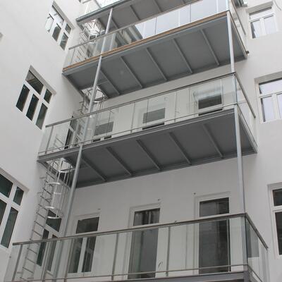 Balkonkonstruktion mit Glasgeländer